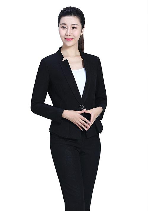 黑色西装搭配什么衬衫